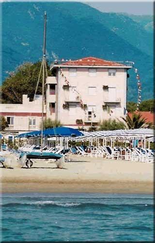 Motorrad Hotel Residence Happy in Marina di Pietrasanta in Versilia