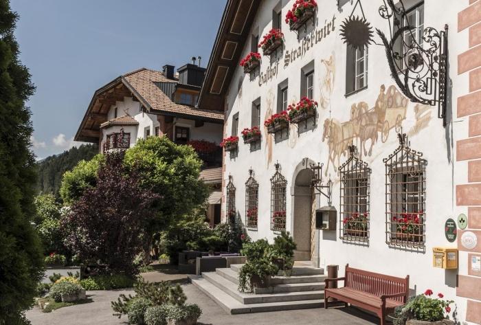 Fahrradfahrerfreundliches Strasserwirt Herrenansitz zu Tirol in Strassen
