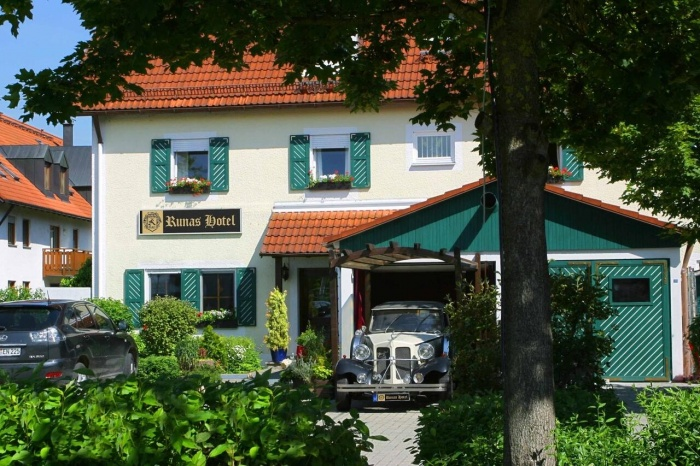 Motorcyclist friendly Runa's Hotel in Hallbergmoos