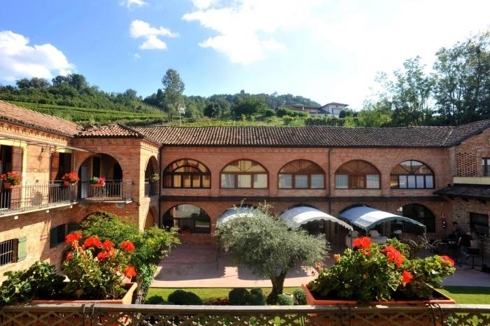 Motorrad La Corte Hotel & Ristorante in Calamandrana (AT)