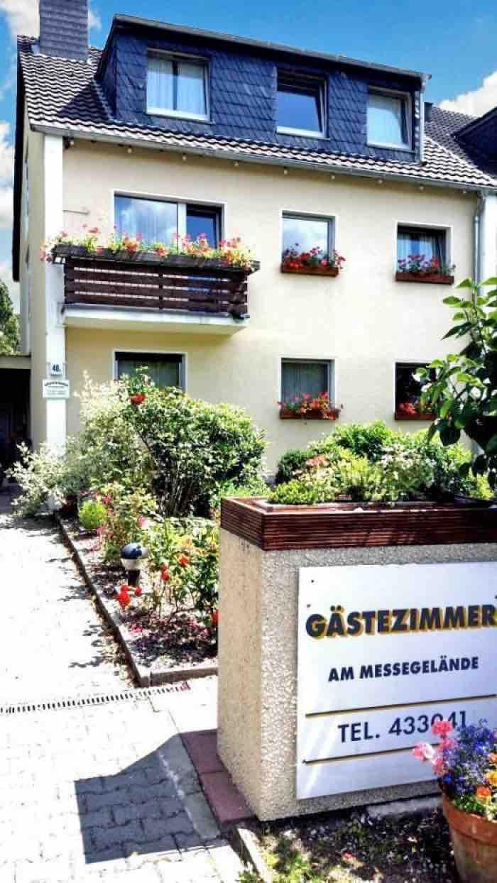 Fahrradfahrerfreundliches Apartmenthaus-Sonnen in Düsseldorf Lohausen in Düsseldorf